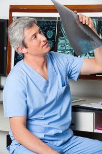 腰痛のレントゲン写真を見ている医師の写真