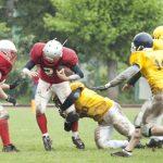 アメリカンフットボールをしている写真