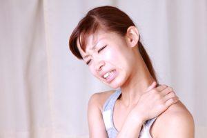 肩こりで肩が痛い女性の写真