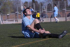 足首の捻挫治療の整骨院「宮谷小交差点前せいこついん」の足首を捻挫して足首を痛がる少年の写真
