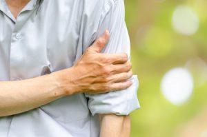 四十肩、五十肩で肩から腕が痛い男性の写真