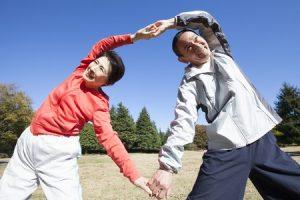四十肩五十肩で肩が痛い人が2人で体操、ストレッチをしている写真