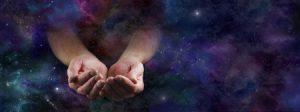 地球を両手ですくっている写真