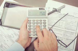 労災保険治療費を電卓で計算している写真