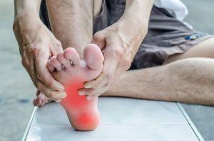 踵が痛い男性の写真