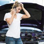 交通事故に遭い不安で横浜西区、保土ヶ谷区、神奈川区近くの宮谷小交差点前整骨院に電話を掛けている女性の写真