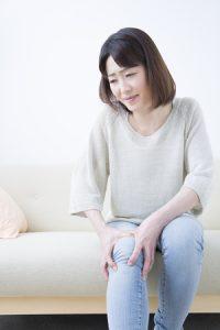 膝の痛み治療の整骨院「宮谷小交差点前せいこついん」の膝が痛い女性イメージ