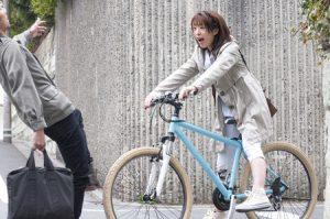 通勤途中に自転車で人にぶつかりケガをしそうになった人の写真