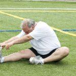 腰痛のためのストレッチをしている男性の写真