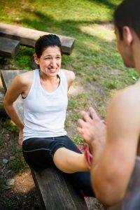 シンスプリントですねが痛い女性がふくらはぎをストレッチしてもらっている写真