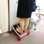 横浜西区、保土ヶ谷区、神奈川区近くの宮谷小交差点前整骨院でスカートを履いてふくらはぎのストレッチ治療をしている女性の写真