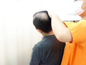 横浜西区、保土ヶ谷区、神奈川区近くの宮谷小交差点前整骨院の肩こり・頭痛のストレッチ治療の写真