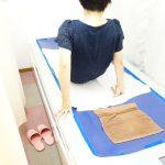 横浜西区保土ヶ谷区神奈川区近くの宮谷小交差点前整骨院のウオーターベットに乗る女性の写真
