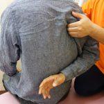 横浜西区保土ヶ谷区神奈川区近くの宮谷小交差点前整骨院の四十肩五十肩の肩甲骨ストレッチの治療の写真