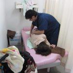 横浜西区保土ヶ谷神奈川区近くの宮谷小交差点前整骨院の自費治療の産後の骨盤矯正をしている女性の写真