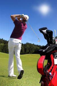 ゴルフ肘で肘が痛くなりやすいゴルフのスイングをしている写真