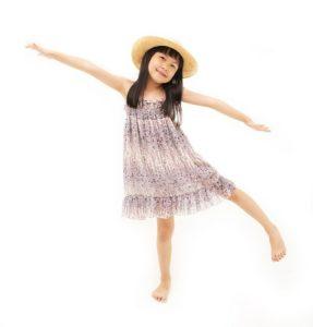 バランスを取って立っている少女の写真