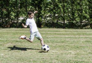 オスグット・成長痛の膝の痛みが出やすいサッカーのボールの蹴り方の写真
