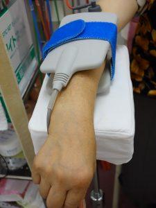 横浜西区保土ヶ谷神奈川区近くの宮谷小交差点前整骨院のテニス肘・ゴルフ肘の電気治療の写真