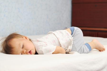 寝違えで首が痛くなりずらい体が柔らかい子供の寝ている写真