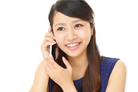 遠絡療法を電話予約している女性の写真