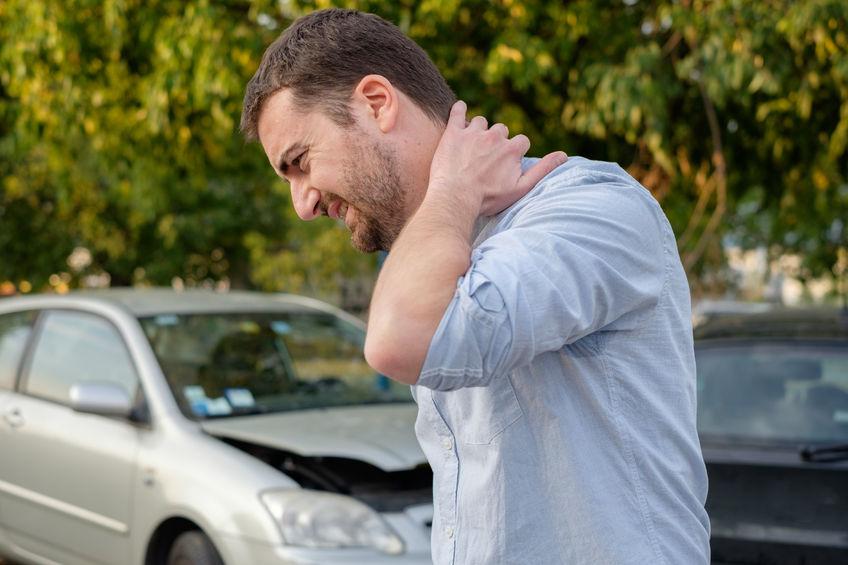 交通事故のむち打ちで首が痛い男性の写真
