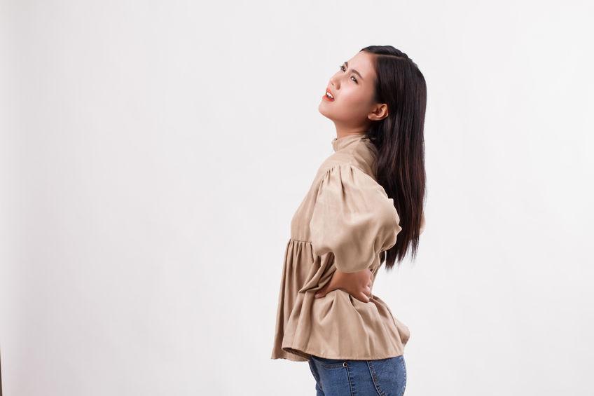 腰痛で腰が痛い女性の写真