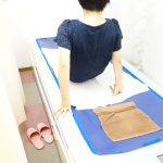 横浜西区保土ヶ谷神奈川区近くの宮谷小交差点前整骨院のウオーターベットに乗る女性の写真