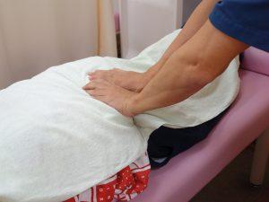 横浜西区保土ヶ谷神奈川区近くの宮谷小交差点前整骨院での腸脛靭帯炎の太もものマッサージ治療の写真