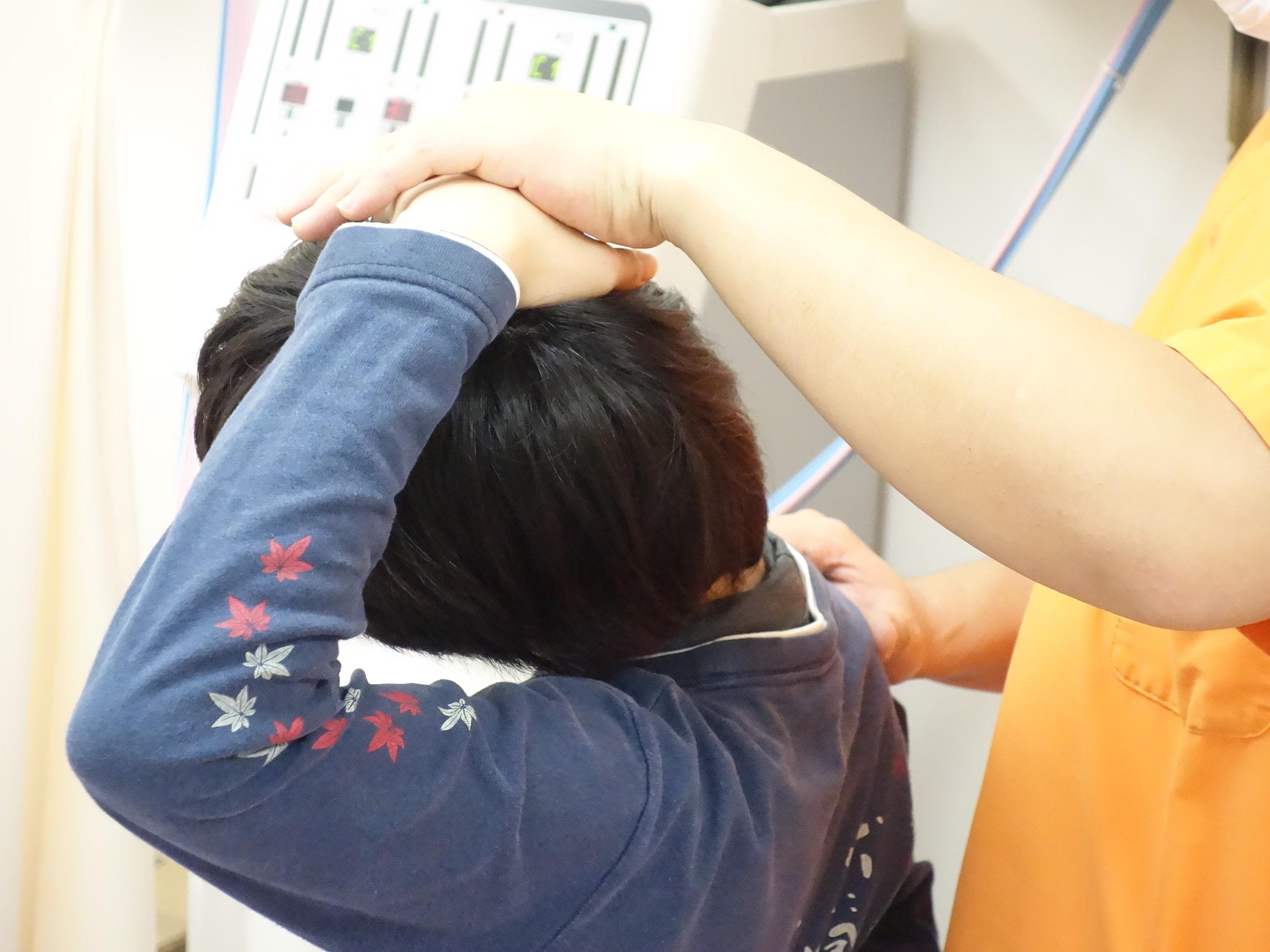 横浜の首が痛い人をリハビリしている写真
