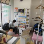 横浜西区保土ヶ谷神奈川区近くの宮谷小交差点前整骨院の待合室で待っている子供の写真
