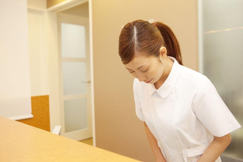 遠絡(えんらく)療法の治療院で挨拶をしているスタッフの写真