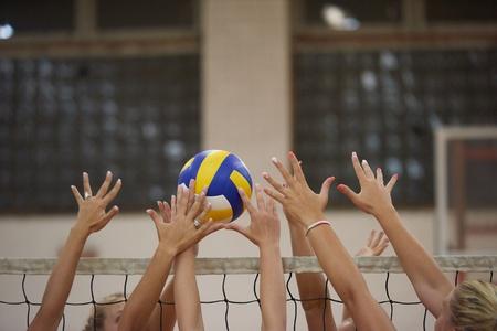 バレーボールのブロックでつき指する瞬間の写真