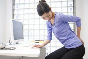 ぎっくり腰治療の整骨院「宮谷小交差点前せいこついん」のぎっくり腰になった女性イメージ
