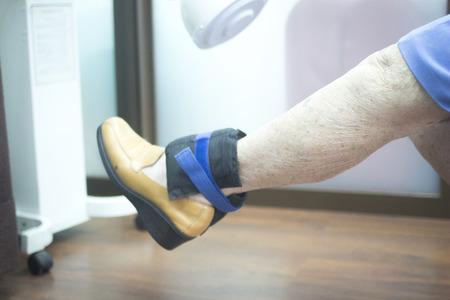 変形膝関節症の女性が筋トレをしている写真
