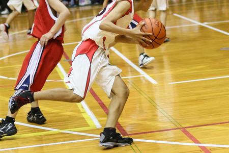 腰椎分離症で腰が痛いがバスケットボールをしている学生の写真