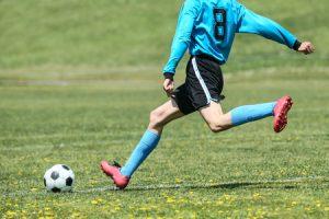 腰椎分離症治療の整骨院「宮谷小交差点前せいこついん」の腰椎分離症の原因の腰を反り捻じるサッカーのイメージ