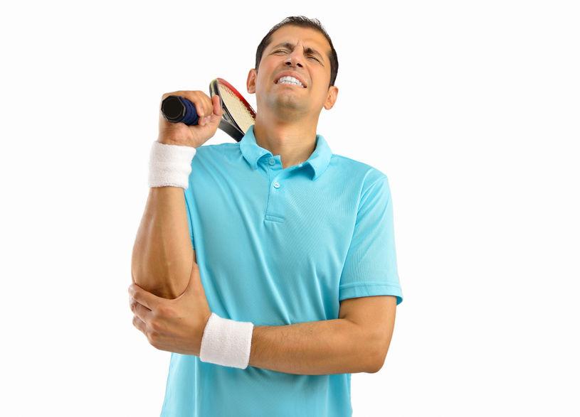 テニス肘で肘が痛い男性の写真