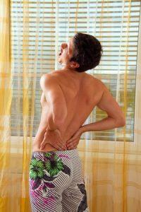 腰椎分離症治療の整骨院「宮谷小交差点前せいこついん」の腰椎分離症の腰を反らすと痛い体勢イメージ
