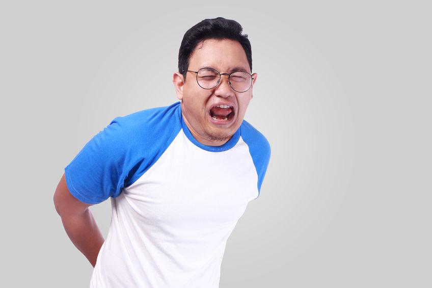 ぎっくり腰で腰が痛い男性の写真