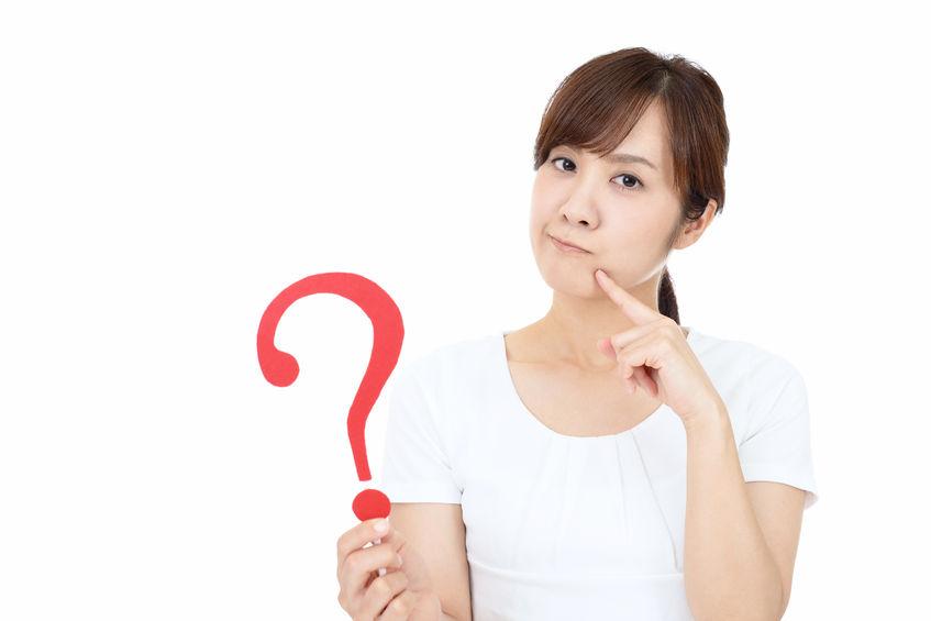 横浜の治療院へ行くか迷っている女性の写真