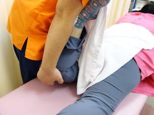 脊柱管狭窄症治療の整骨院「宮谷小交差点前せいこついん」の腰部脊柱管狭窄症のストレッチ治療イメージ