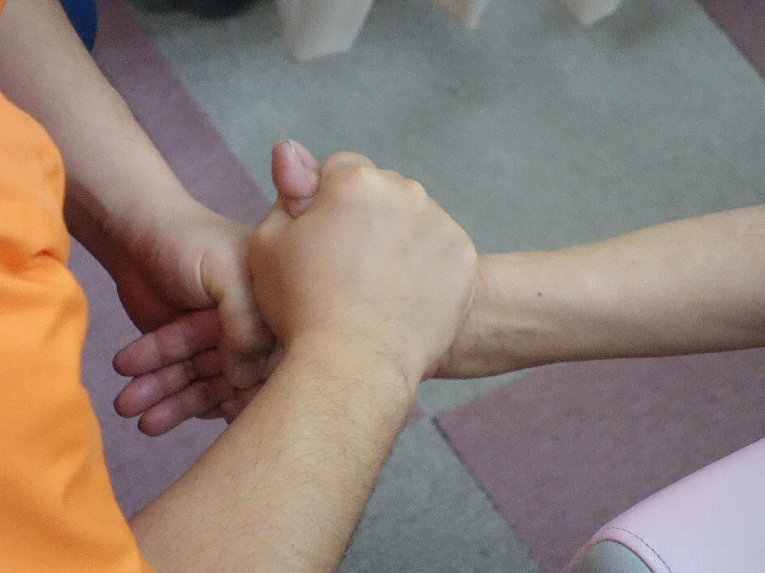 横浜西区の治療院の腱鞘炎のストレッチ治療の写真