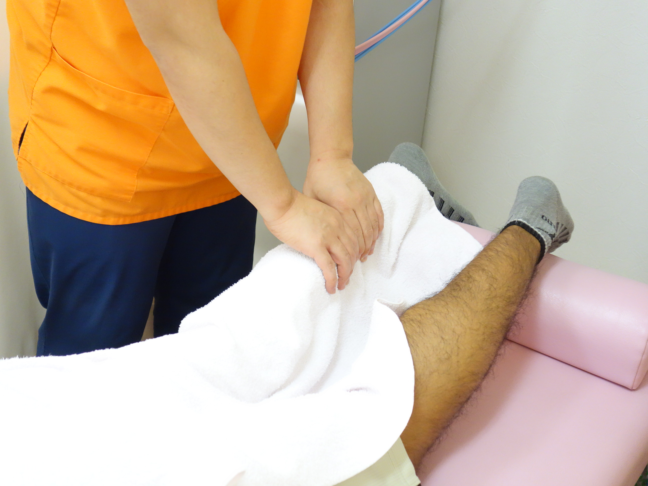 シンスプリントのマッサージ治療をしているサッカー選手