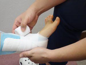 足首の捻挫治療の整骨院「宮谷小交差点前せいこついん」の捻挫した足首を固定しているイメージ