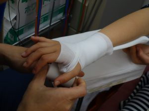足首の捻挫治療の整骨院「宮谷小交差点前せいこついん」の捻挫した手首を固定するイメージ
