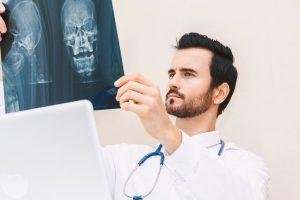 シンスプリント(すねの痛み)治療の整骨院「宮谷小交差点前せいこついん」のレントゲン写真をみる医師イメージ