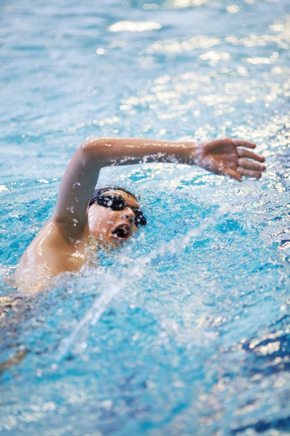 腰椎分離症で腰が痛い水泳選手の写真