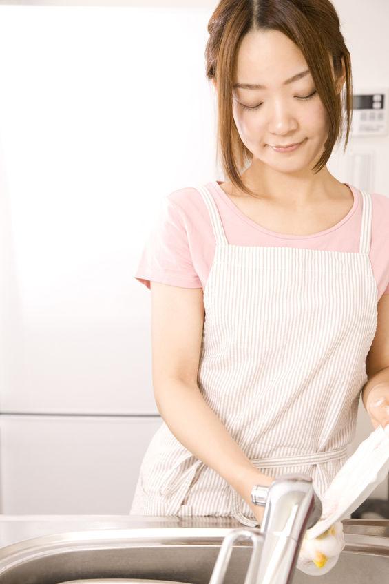 肘が痛くなる家事をしている主婦の写真