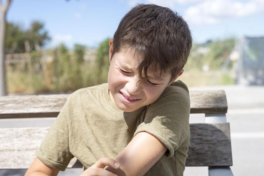 肘が痛い子供の写真